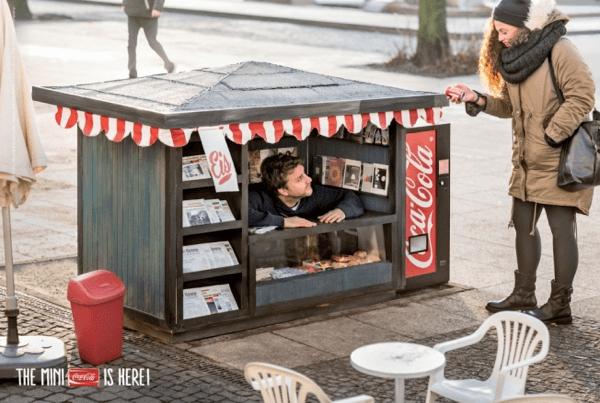 逆転の発想!小さいから目立つ、コカコーラを販売するミニキオスク - The Coca-Cola Mini Kiosk