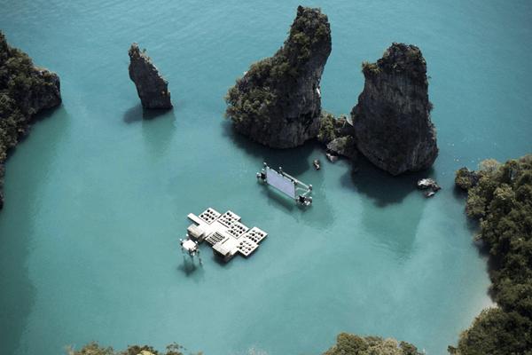 秘密の楽園感がすごい! 岩山に囲まれたビーチに浮かぶイカダの映画館 - Archipelago Cinema