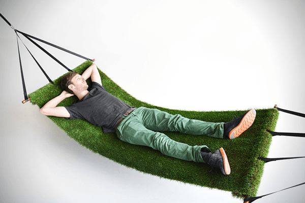 サッカーの応援で燃え尽きたあなたに。気持ちよくお昼寝できそうな芝生のハンモック - Grass Field Hammock