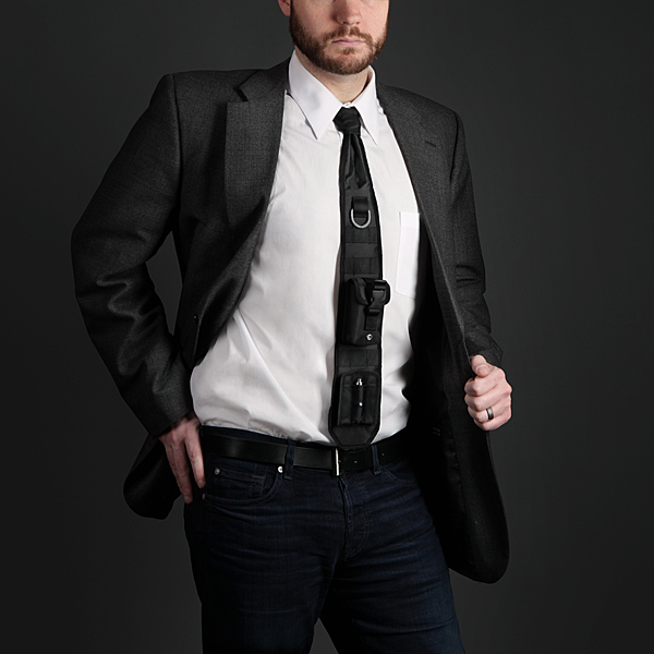 プレゼンの掴みはこれでOK! 闘うビジネスマンのための秘密兵器なネクタイ - Laser-Guided Tactical Necktie