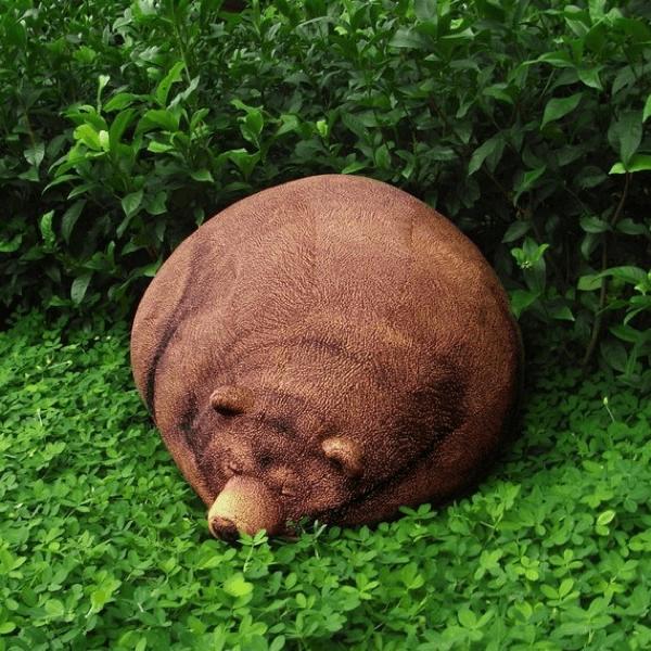 起こすな危険!リアルな冬眠中のクマのようなリラックスチェア - Big Sleeping Grizzly Bear Bean Bag