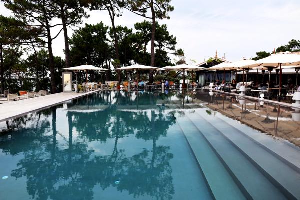 海を眺めるテラスにうっとり。アルカション湾を一望するスタイリッシュ過ぎるレストラン - La Co(o)rniche