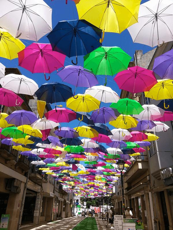 美しすぎるアーケード!今年もまたあのカラフルなパラソルストリートが商店街を彩る - Agitagueda