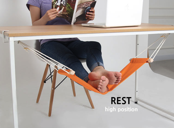 気持ちよさそう! 足を休めるためのデスクの下のおしゃれなハンモック - Fuut