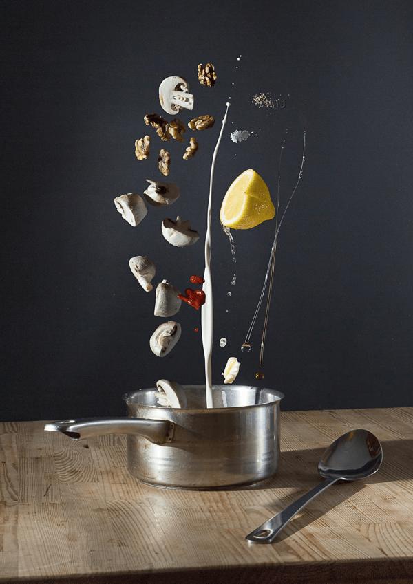斬新な魅せ方!全ての材料が宙に舞う驚きの料理のレシピ - Throwing a Meal Together