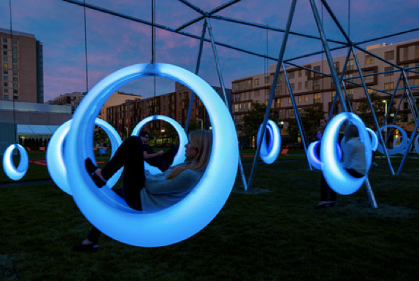 月に乗ってるみたい!幻想的な光るブランコ - glowing sircular swings