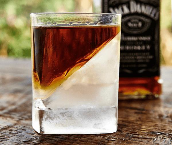 斜めの氷が斬新!ウィスキーの味を楽しむためのウィスキーグラス - Whiskey Wedge