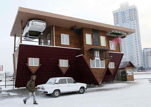 不思議な光景!上下が全く逆さまの凄まじいインパクトを放つ家 - An Upside-down House