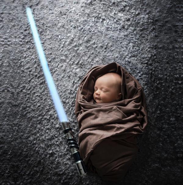 寝相アートはついにここまで!ヒーローになる夢を見ていそうな赤ちゃんの写真