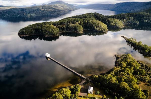 世界遺産のど真ん中!絶景すぎる湖上のエコリゾートホテル - Pumphouse Point