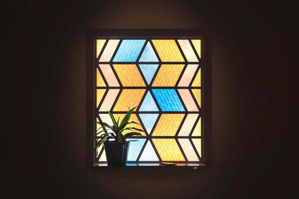太陽光発電の新発想!光合成で発電するステンドグラスのような窓
