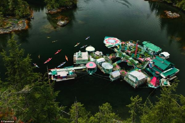 これが楽園か!20年間自給自足で暮らすカップルの家がまるで水上の秘密の花園