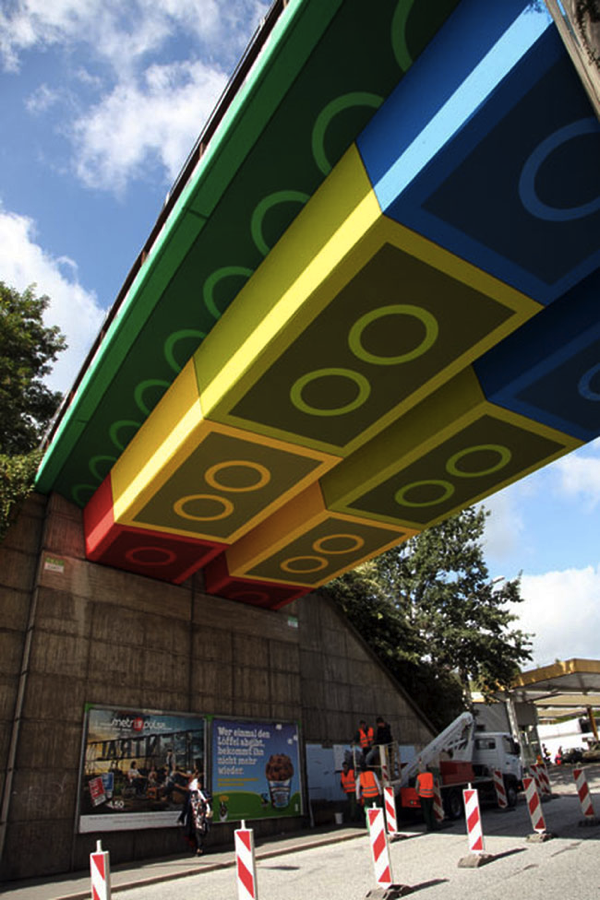 これは夢がある!毎日がハッピーになれるLEGOで作られたかのようなカラフルな橋