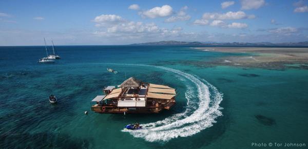 海に浮かぶ楽園か!世界一幸福な国のパラダイスすぎる水上バー