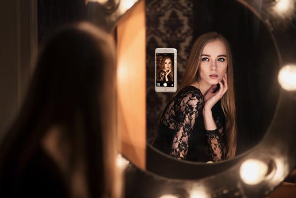 自撮り棒より自然!鏡や壁につけて使える便利なiPhoneケース