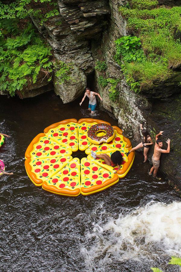 プールの上でピザパーティ?! お腹が空いてしまいそうなカワイイ浮き輪なフード