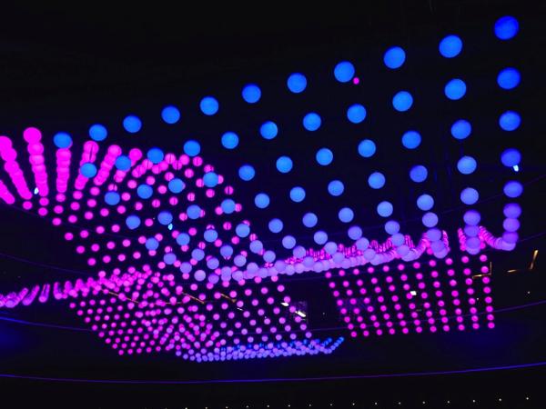 天井が波打ってるみたい!自在に動き光るLED照明がすごい! - ORBIS FLY