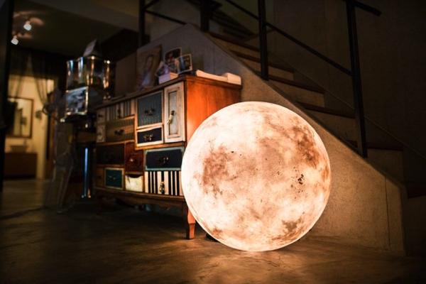 満月の輝きに癒される!ロマンティックな月のランプ