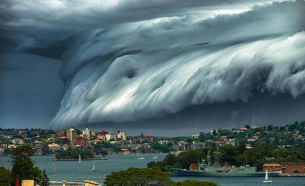 怖すぎる!巨大津波のような雲に襲われたオーストラリア