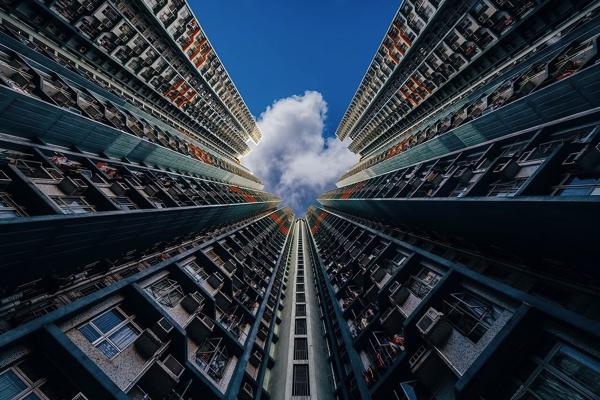 不思議な感覚になる…。香港の高層ビルを真下から見上げて撮った写真が別世界すぎる