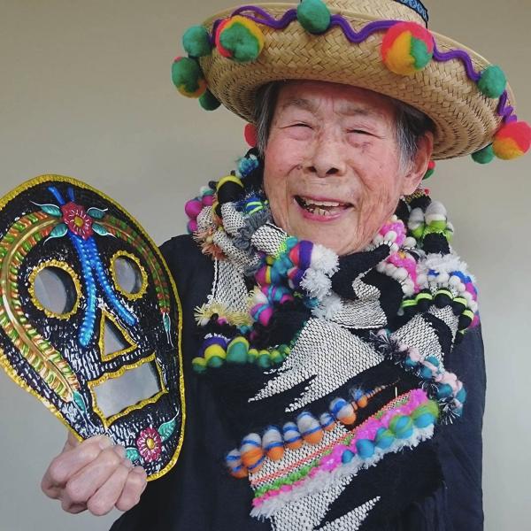 93歳のファッションリーダー!孫の織ったさをり織りを身にまとったファンキーおばあちゃん