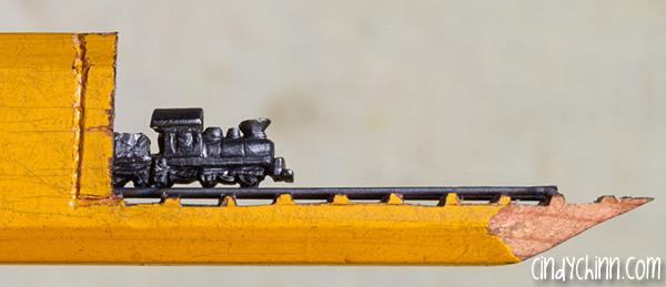驚愕の緻密さ!鉛筆の芯を巧みに活かし彫った機関車