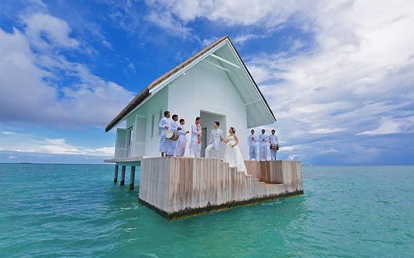 海の中心で愛を叫ぶ!パノラマのエメラルドグリーンに囲まれた海の上の結婚式場
