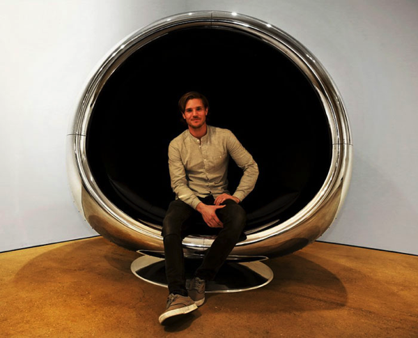 吸い込まれてしまいそう!飛行機のエンジンカバーで作られた椅子