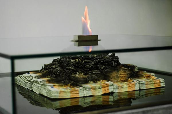 薪がないなら札束燃やせ。素直に暖まれないコーヒーテーブル型ストーブ