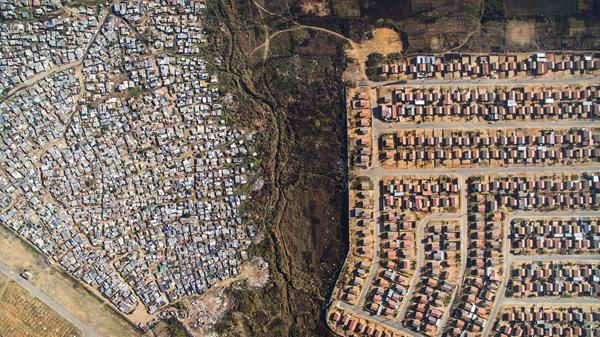 まるで国境!ドローンが暴く貧富の差が一目瞭然すぎる空撮写真