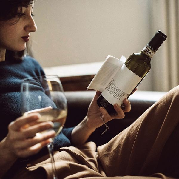 おしゃれなアイデア!読んで愉しむ小説付きのラベルのワイン