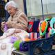 世界最年長ストリートアーティスト!104歳のおばあちゃんの編み物で飾られた街